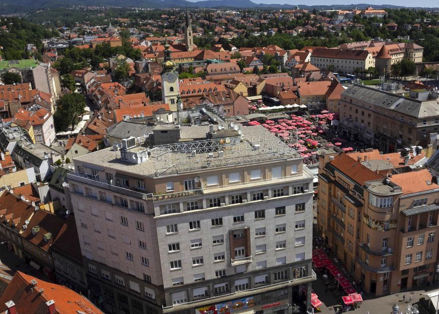 Dolač turgaus skėčiai matyti iš Zagrebo dangoraižio