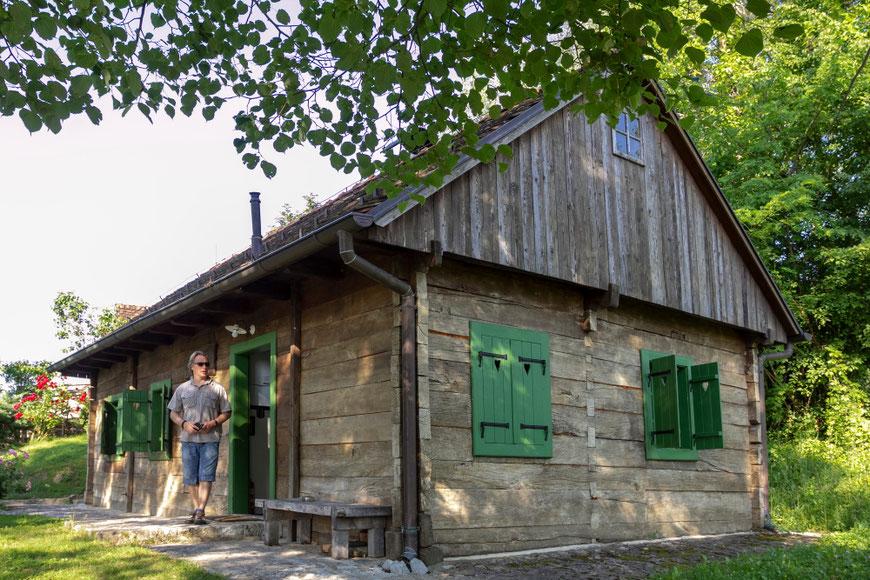 Vuglecų kalno sodyboje galima pailsėti tokiuose senoviniuose nameliuose