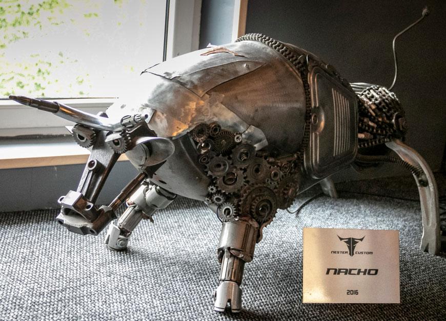 Aleksandro Nesteriuko kūrinys iš motociklo dalių - Jautis Nacho Preilių metalo galerijoje Nester Custom Latvijoje