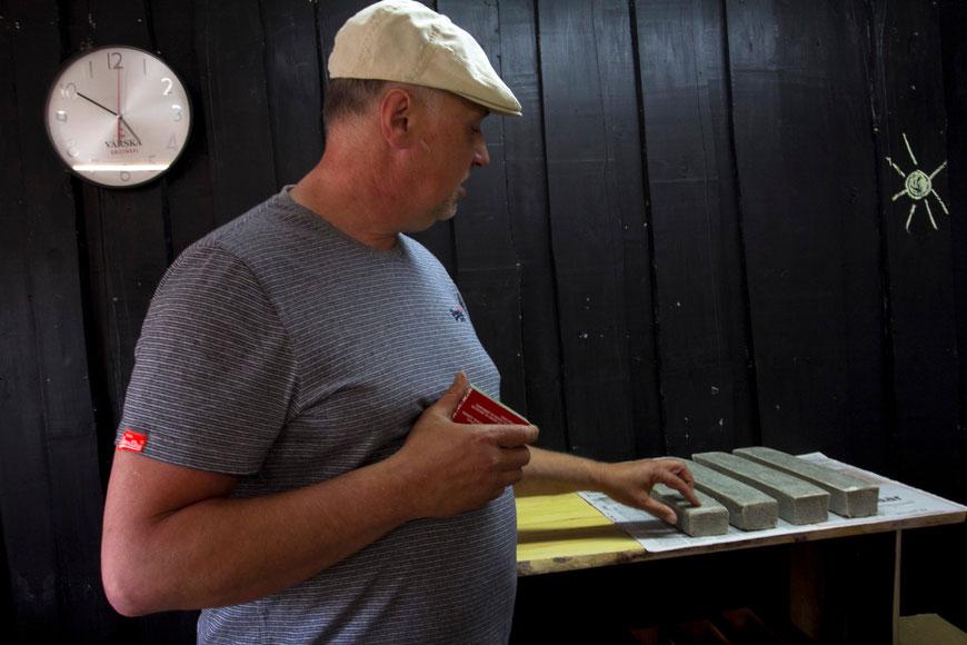 Muilų meistras Silveris savo parduotuvėje Kolosovos kaime Setomoje