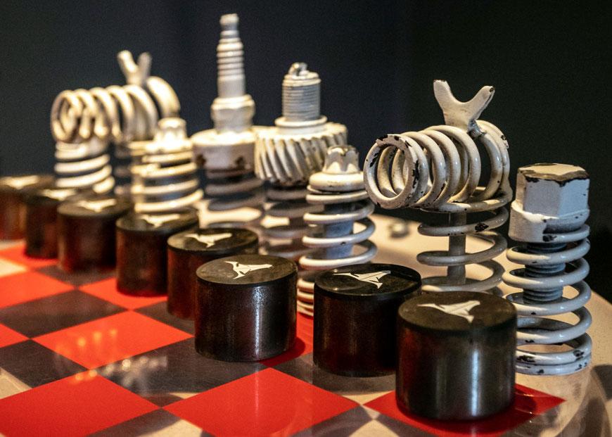 Aleksandro Nesteriuko sukurtas Šachmatatų stalelis Preilių metalo galerijoje Latvijoje