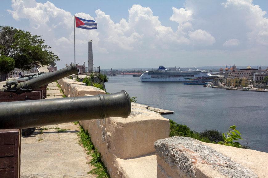 Šv. Karolio tvirtovės patrankos, nukreiptos į Havanos uostą Kuboje
