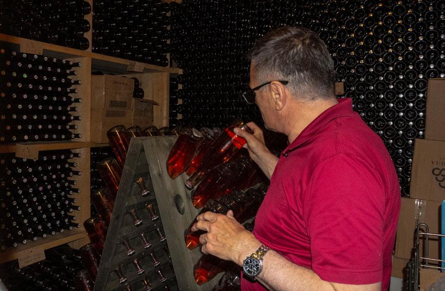 Vyndarys Borisas Vuglecas savo vyninėje sukioja tradiciniu metodu gaminamo putojančio vyno butelius