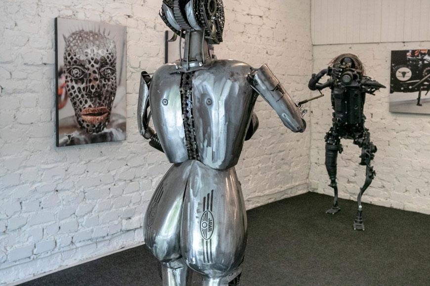 Aleksandro Nesteriuko kūrinys iš Javos motociklo dalių - Fotografas ir modelis Preilių metalo galerijoje Nester Custom