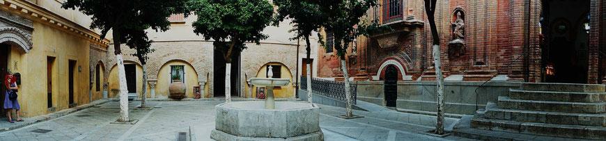 Photographie, Andalousie, Séville, cour, patio, fontaine, puits, église, couleurs, art, architecture religieuse, voyage, panoramique, personnage, éventail, rouge, vacances, Mathieu Guillochon
