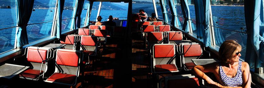 Mathieu Guillochon photographe, Italie, lac Majeur,îles Borromées, bateau-taxi, personnages, rouge et bleu, sur les lignes, rivages, street photo, Isabelle