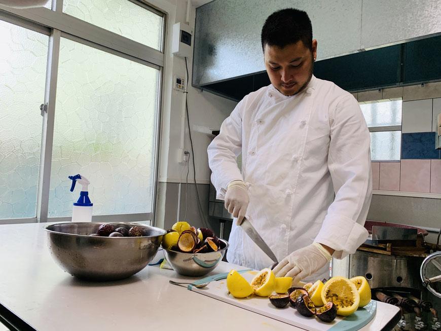 ▲パティシエとしての経験を生かし、パッションフルーツの6次産業化に成功した熱帯果樹園小池さん家の次男柾(まさき)さん
