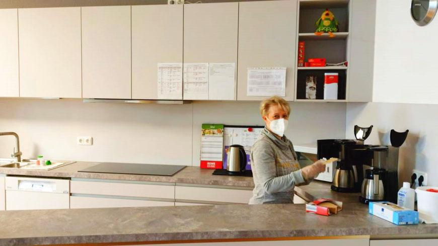 Hauswirtschafterin Kathrin Adomeit in der Nagelneuen Küche