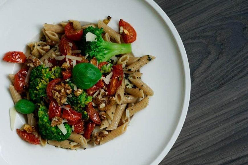 Vollkorn-Pasta mit Gemüse-Nuss Pesto I  vegetarisch, clean & schnell zubereitet