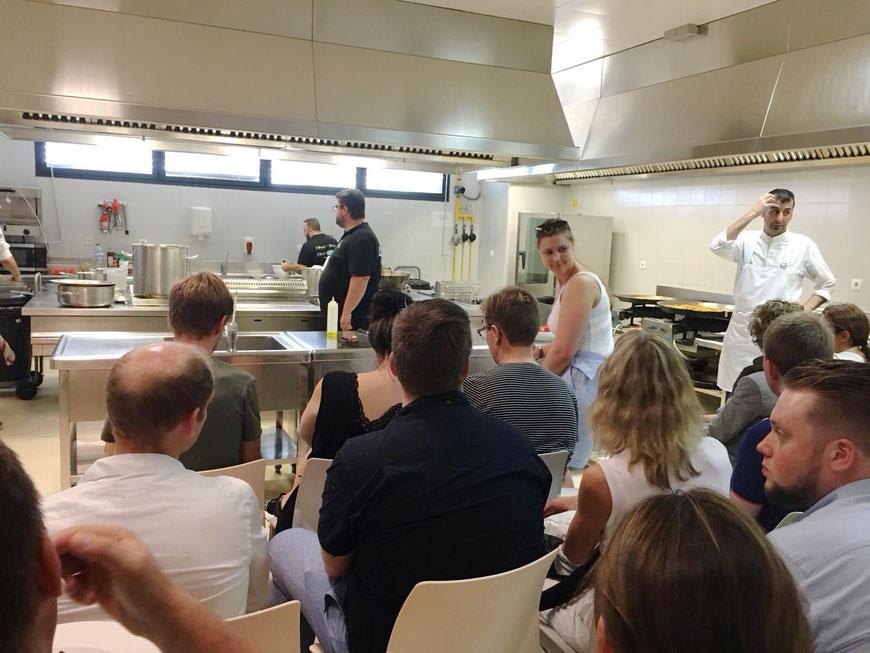 Bati Bordes, de El Marino, supervisa los preparativos del taller de cocina en el CdT de Dénia para la expedición de Bergen.
