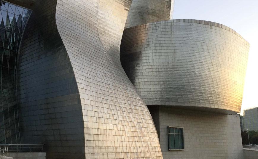 Das Guggenheim Museum in der Abendsonne Bilbaos