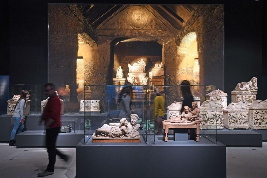 Impression aus der Ausstellung. Inszenierung der Graburnen