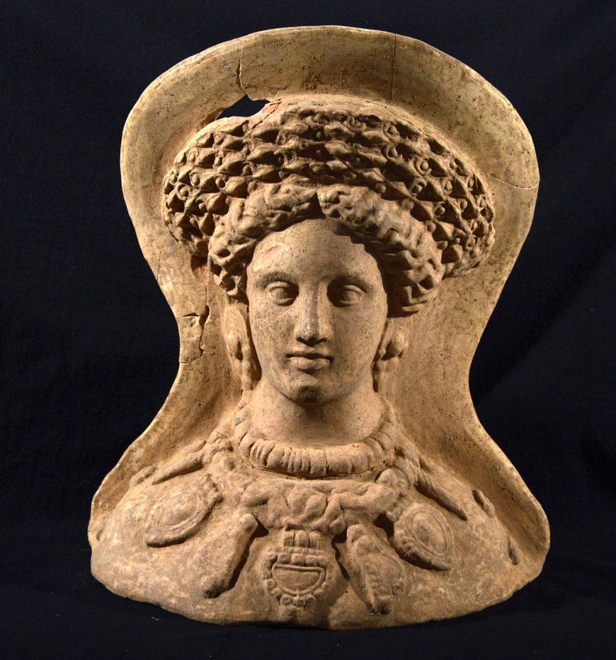 Büste einer wohlhabenden, reich geschmückten Frau aus Terrakotta, Grabbeigabe