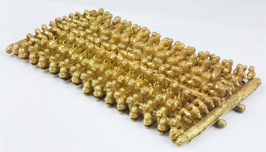 Kunstvolle goldene Schulterfibel mit winzigen Tierornamenten