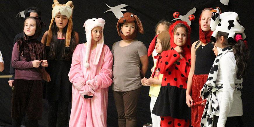 Auf der Theaterbühne: In bunten Tierkostümen ließen die Kinder der Grundschule Hackenberg die Turnhalle zur Theaterbühne werden. Foto: Renate Gosiewski