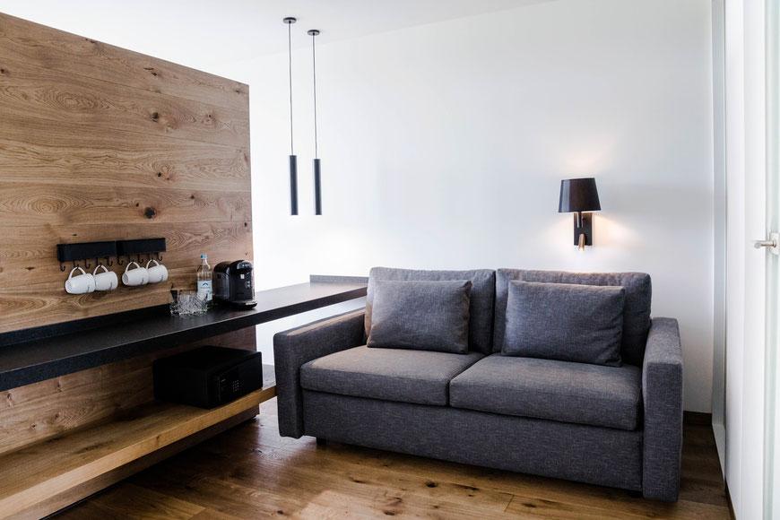 Raumteiler aus Holz mit Getränkebar und gemütlicher Couch