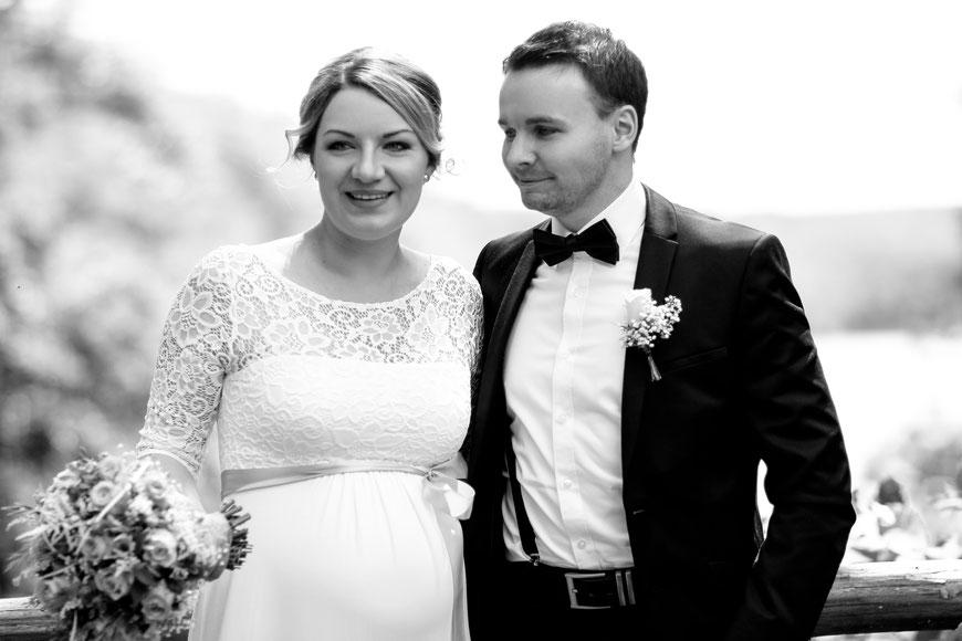 Die Hochzeit von Caro und Marcel auf dem Trausteg in Feldberg| Trauung| Wedding| Braut| Bräutigam| Fliege| Blumen| Lächeln| Mecklenburg- Vorpommern| Neubrandenburg| Greifswald| Hendrikje Richert Fotografie