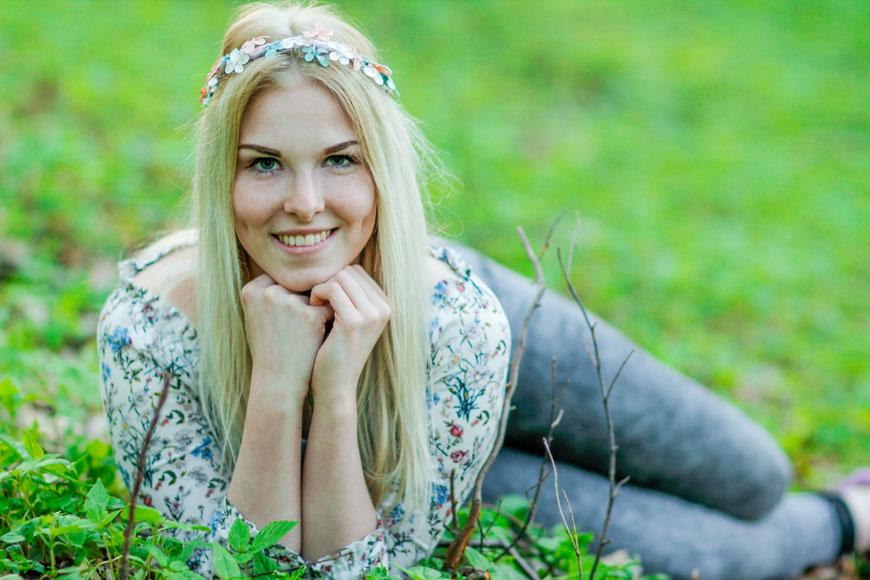 Portraitshooting mit Bianca| Kirschblüten| outdoor Fotografie| Natur| Portrait| Mädchen| blond| Wald| Blumenkranz| Neubrandenburg| MV| Greifswald| Hendrikje Richert Fotografie