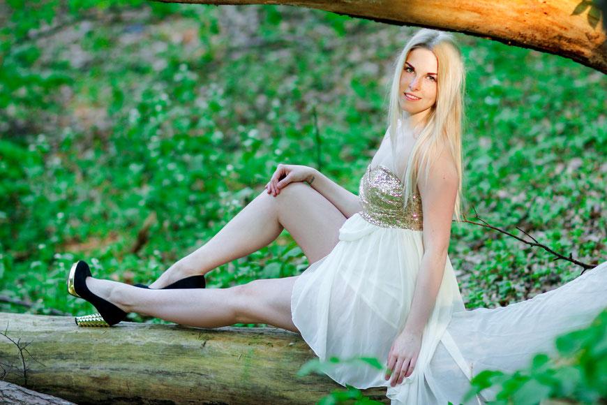 Portraitshooting mit Bianca| Kirschblüten| outdoor Fotografie| Natur| Portrait| Mädchen| blond| Wald| Abendkleid| Glitzer| Neubrandenburg| MV| Greifswald| Hendrikje Richert Fotografie