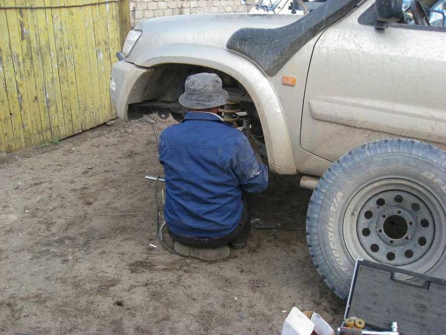 Ein mangelhafter Gebrauchtwagen wird repariert.