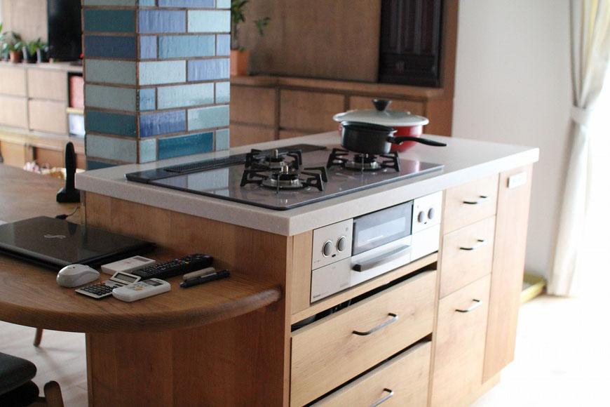 テーブル付きのオーダーキッチン