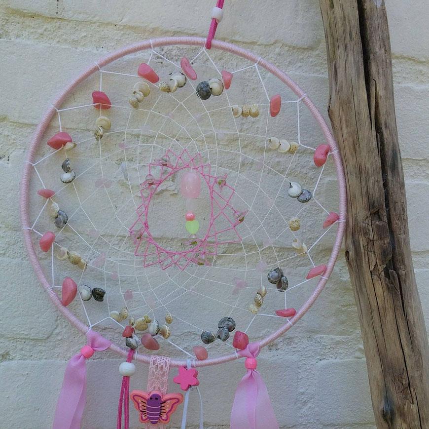 Schelpjes en edelsteentjes in een dromenvanger voor de babykamer