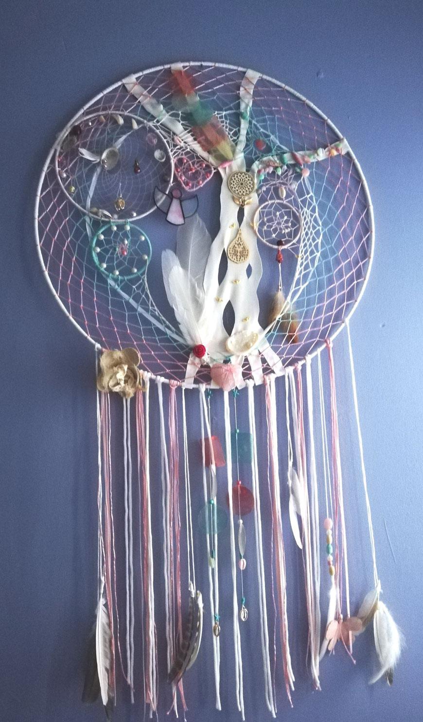 Elfen en engelen een xl dromenvanger met kristallen en edelstenen in zomerse pastels