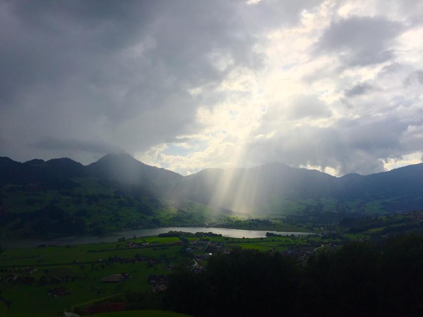 Du bist überall, wo wir sind. Talkessel Schwyz im August 2017.