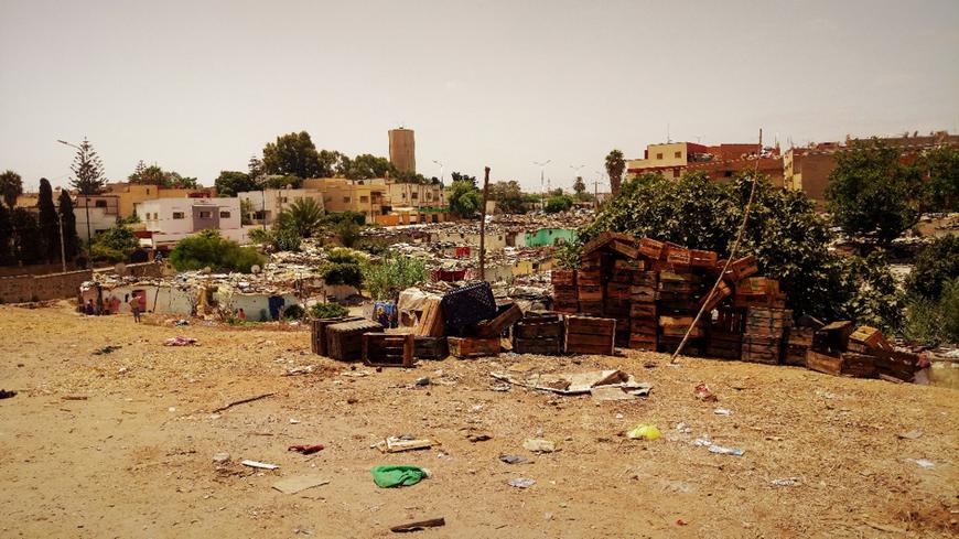 Le bidonville Sehb El Caïd de Salé non loin des villas en arrière-plan