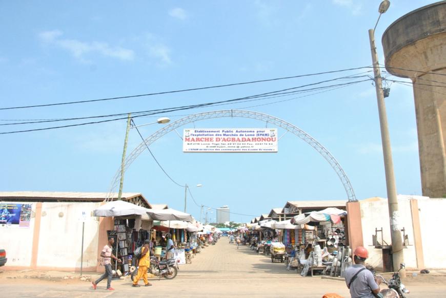 Vue d'une des entrées du marché d'Agbadahonou et de son artère principale, relativement vide.
