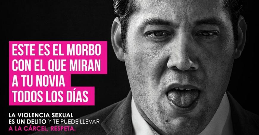 Campagne d'ONU Mujeres contre la violence sexuelle dans les transports publics de México. Traduction: «Ceci est le regard qu'ils lancent sur ta partenaire au quotidien. La violence sexuelle est un délit passible d'emprisonnement. Respecte la loi.»