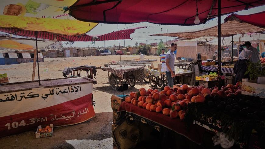 Le marché ambulant longeant le bidonville de Tabriquet