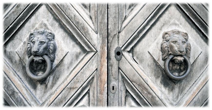 Historische Türe als Blickfang für ein Immobilienmakler Büro aus Magdeburg