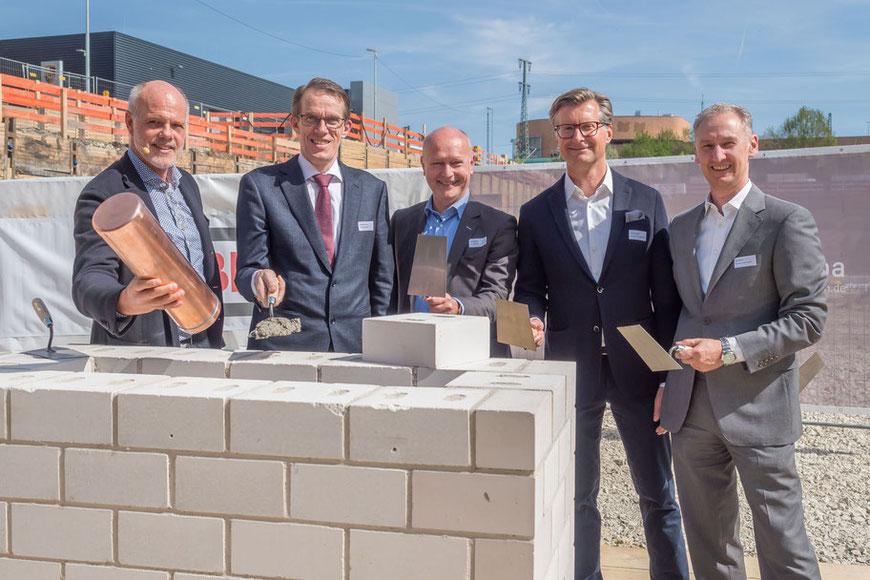 Von links nach rechts: Architekt Stefan Willwersch, Oberbürgermeister Wolfgang Lützner, Harald Supper, Technischer Direktionsleiter der Ed. Züblin AG, Frank Widmann, Geschäftsführer W2 Development und Ralf Simon, Geschäftsführer Competo Capital Partners.
