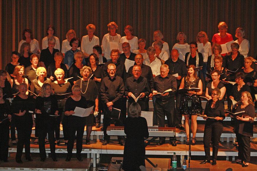 Das Abschlusslied mit den beiden Chören Chor '82 und Kir Vokal - Foto: Sennekamp