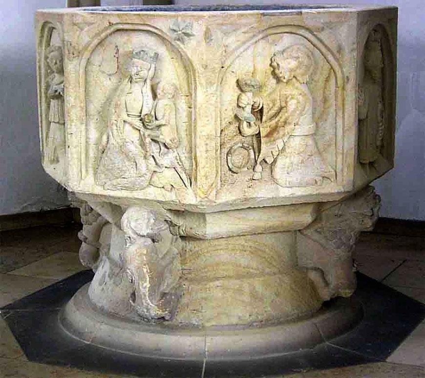 Der restaurierte Taufstein steht nach der Neugestaltung 2016 in der Kirchenmitte