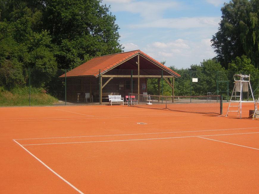 Tennisanlage des FC Hettenshausen. Idyllisch und ruhig gelegen am Ortsrand von Hettenshausen.