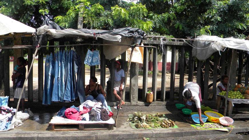 Händler am Straßenrand von Toamasina