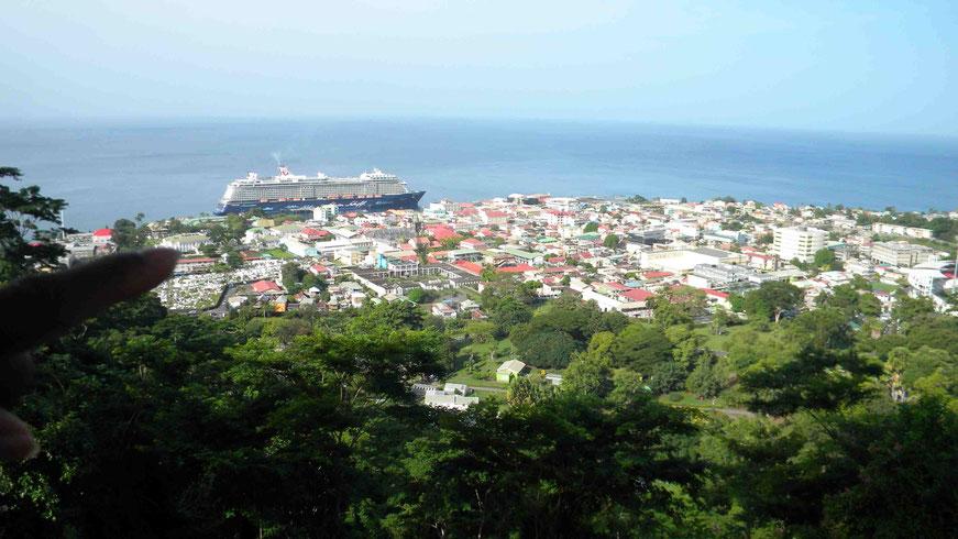 Blick vom Aussichtspunkt Morne Bruce zum Terminal in der Stadt