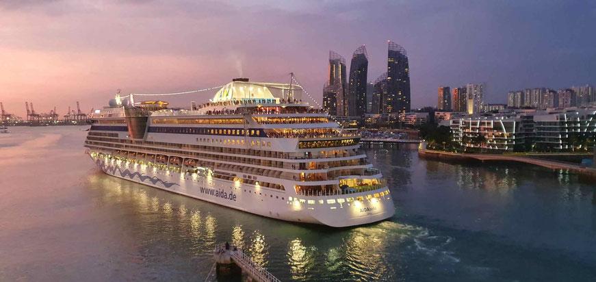 AIDAbella verläßt Harbourfront
