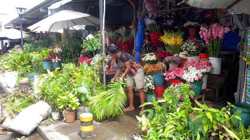 Blumenstand vor der Markthalle