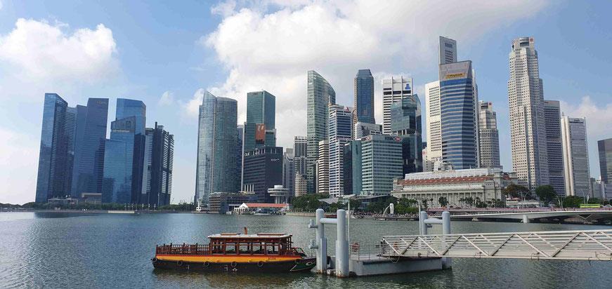 Bumboat vor der Skyline von Singapur