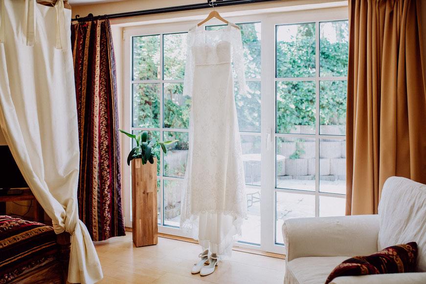 Brautkleid hängt am Fenster