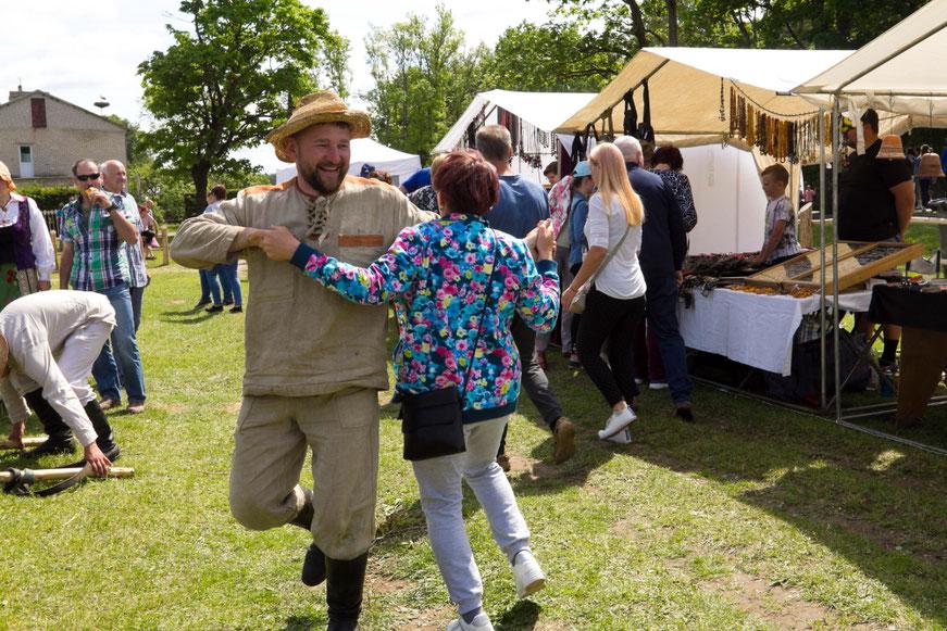 Donatas šoka kermošiuje Niūronyse per Bėk bėk žirgeli šventę