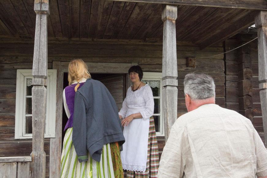 Duonos kepėja Nijolė pasitinka žygeivius Niūronyse, Arklio muziejaus pirkioje