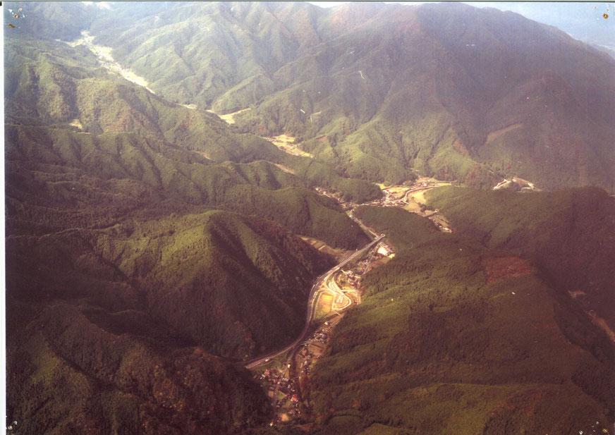 山郷地区の航空写真(撮影時期不詳)  手前に見えるのが「智頭福原PA」、その少し奥のトンネル手前右にあるのが「R373やまさと」