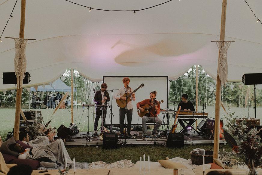 Liveband für Hochzeit unter einem Zelt