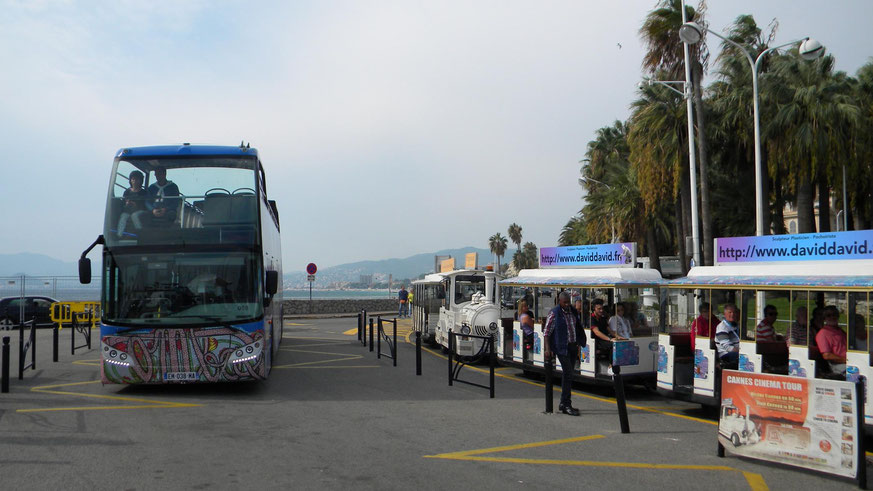 Buslinie 8 und Minizug am Quai Laubeuf