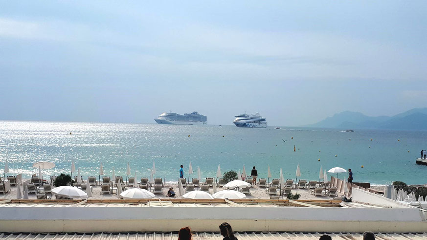 Kreuzfahrtschiffe auf Reede vor Cannes
