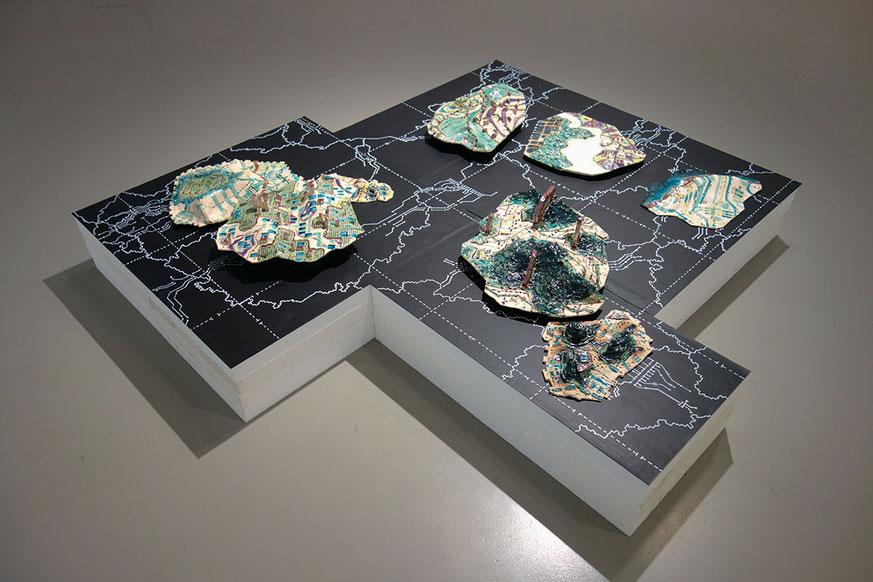 Plattentectonic, Keramik, Katrin Leitner, Kunst, Installation, GIS, Keramik, gebrannt,glasiert, Kunstpbjekt tekktonische Platten, Katrin Leitner